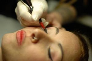 Francesca facendo trucco permanente eyeliner