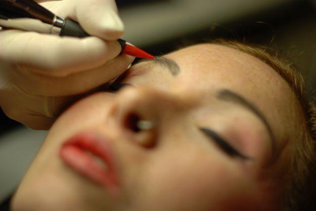 Francesca facendo trucco permanente della sopracciglia
