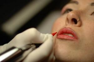 Francesca facendo trucco semipermanente del contorno labbra