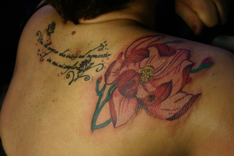 tatuaggio fiore scritta
